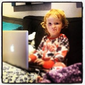 Min datter, litt småskeptisk til pappas internetthistorikk.