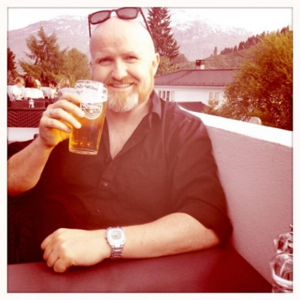 Kåre Garnes enjoying a beer in Sogndal